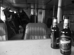 Bar improvisado en un barco abandonado - Ushuaia