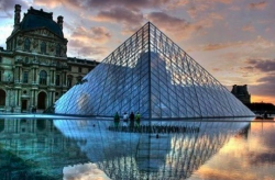 La pyramide du Louvre - The glass pyramide in the courtyard of the Louvre