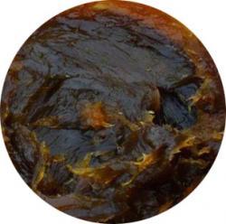 pâte de savon obtenue à partir d'un mélange d'huile et d'olives noires broyées. Mélangée à l'eau, elle devient onctueuse mais ne mousse pas.