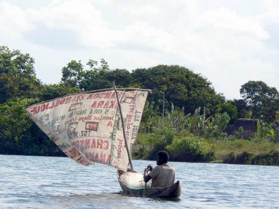 pirogue sur le canal des Pangalanes
