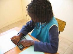 enfant aveugle lisant le braille