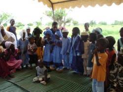 enfants en costumes pour l'inauguration
