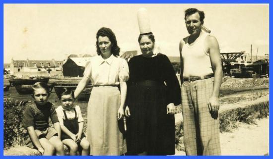 (De gauche à droite: R. L. Quillivic, son frère, sa mère, sa grand mère, son oncle).