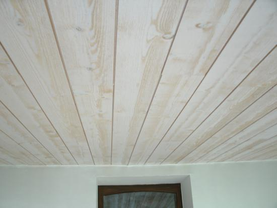 Lambris bois blanc plafond for Faire un faux plafond en bois
