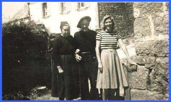 (Ses grands parents et sa tante à Plouhinec).
