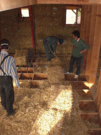 Isolation solivage et toiture en bottes de paille for Isolation copeaux de bois