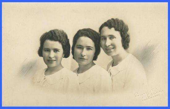(De gauche à droite: Sa mère et ses deux soeurs).