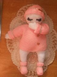 Poupée entièrement tricotée allongée!!!