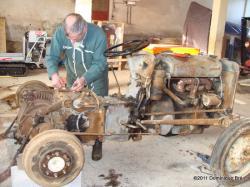"""Bernard Picart sur la restauration d'un Ferguson TEA20 """"p'tit gris"""" de 1955."""
