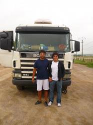 Julio y Ruben frente al Scania