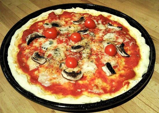 Pizza aux champignons, tomates cerises et roquefort