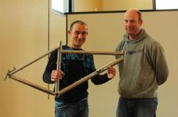 Thierry BARRERE reçoit symboliquement son cadre offert par la société SKYDE et Ronnie CALVET