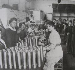 Photographie de munitionnnettes au travail en 1915