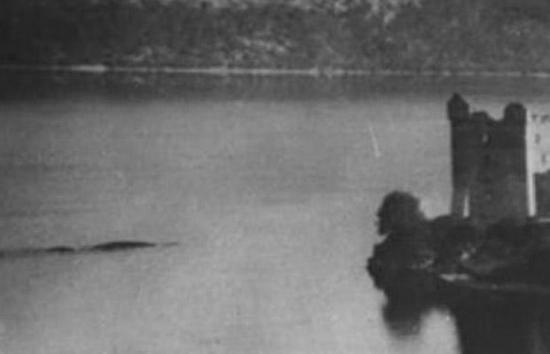 Cryptozoologie cryptozoology 29 juillet 1955 Peter A. Macnab château d'Urquhart urquhart castle scotland ecosse wake vague Burton analyse fausse bateau Loch Ness créature inconnue monstre ship photographie célèbre cryptide lacustre