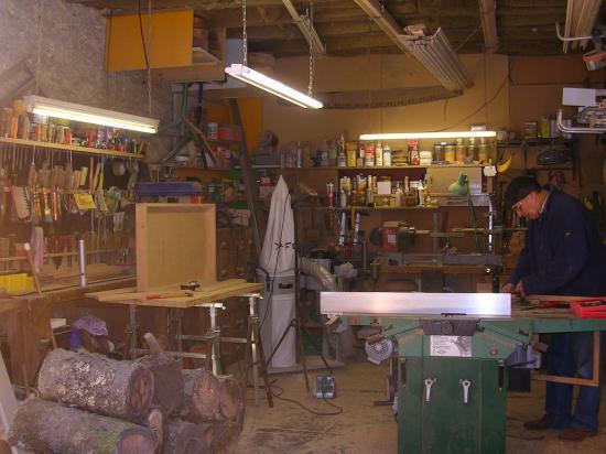 vous cherchez un artisan qui restaure vos meubles l 39 ancienne qui vous cr e des pi ces. Black Bedroom Furniture Sets. Home Design Ideas