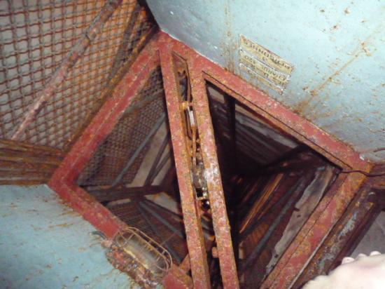 Vue de l'escalier par la cage d'ascenseur