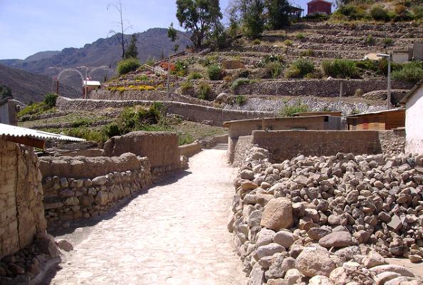 Ruelle de Socoroma avec ces cultures en terrasses en toile de fond