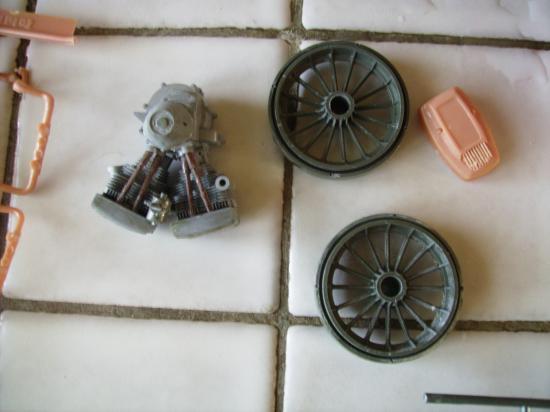 maquette en constrution harleyd style militaire Roues-et-moteur-apres-avoir-enleve-le-chrome