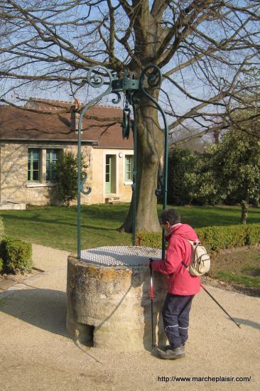 Caro et le puits dans le Jardin Lapresté à Jouy le Moutier