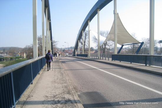 Maryvonne sur le pont de Neuville