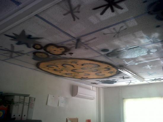 Tag sur un plafond de bureau ciel terre for Plafond de bureau