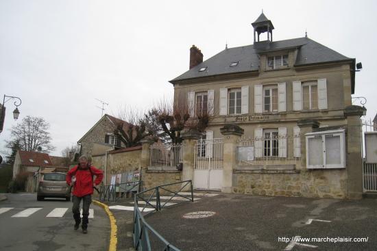Serge devant l'école d'Arronville