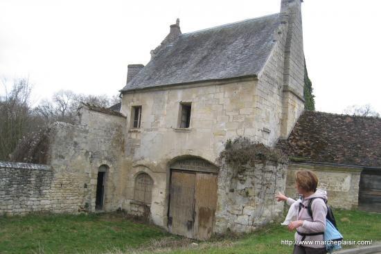 Elena devant la Ferme du Château à Menouville